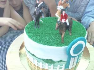 tortas su zirgais